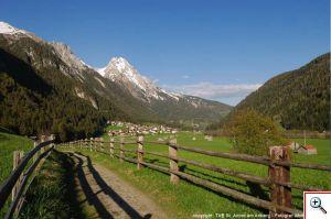 Vadiesenweg mit Blick auf Pettneu – im Hintergrund die Eisenspitze Bildnachweis: TVB St. Anton am Arlberg / Wolfgang Burger
